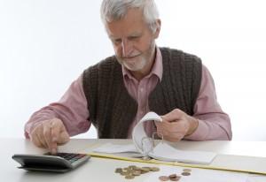 пенсионер подсчитывает