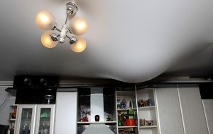 Что делать если затопили натяжной потолок