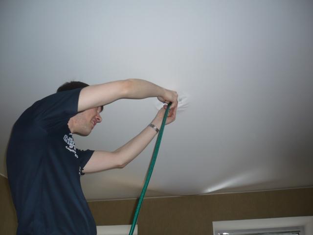 Как откачать воду с натяжного потолка самостоятельно видео