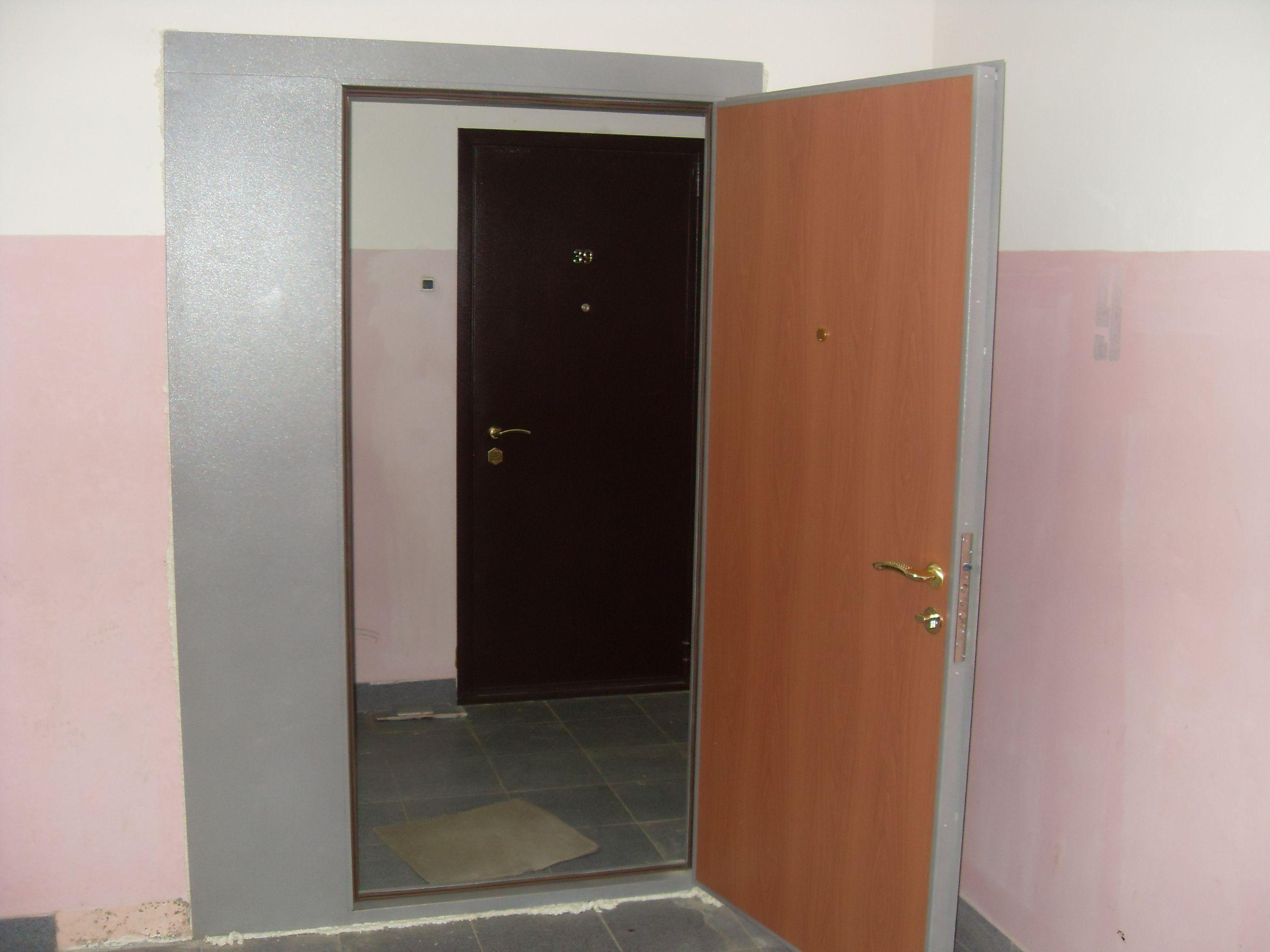 металлические двери в подъезд на этаж